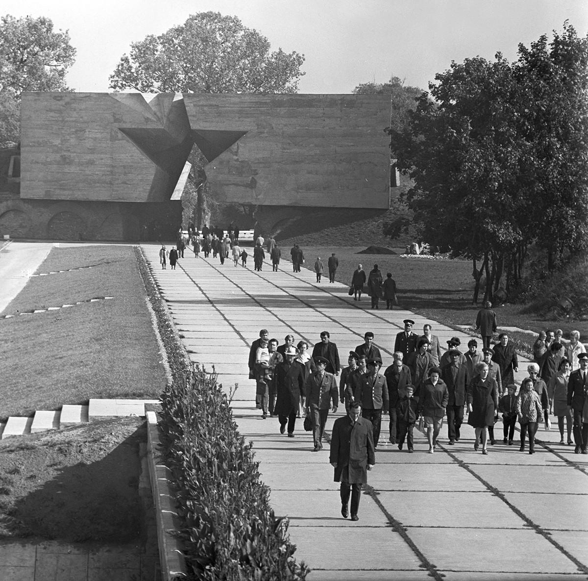Per ricordare il 20° anniversario dello scoppio della Seconda guerra mondiale, fu aperto un complesso commemorativo nella fortezza di Brest