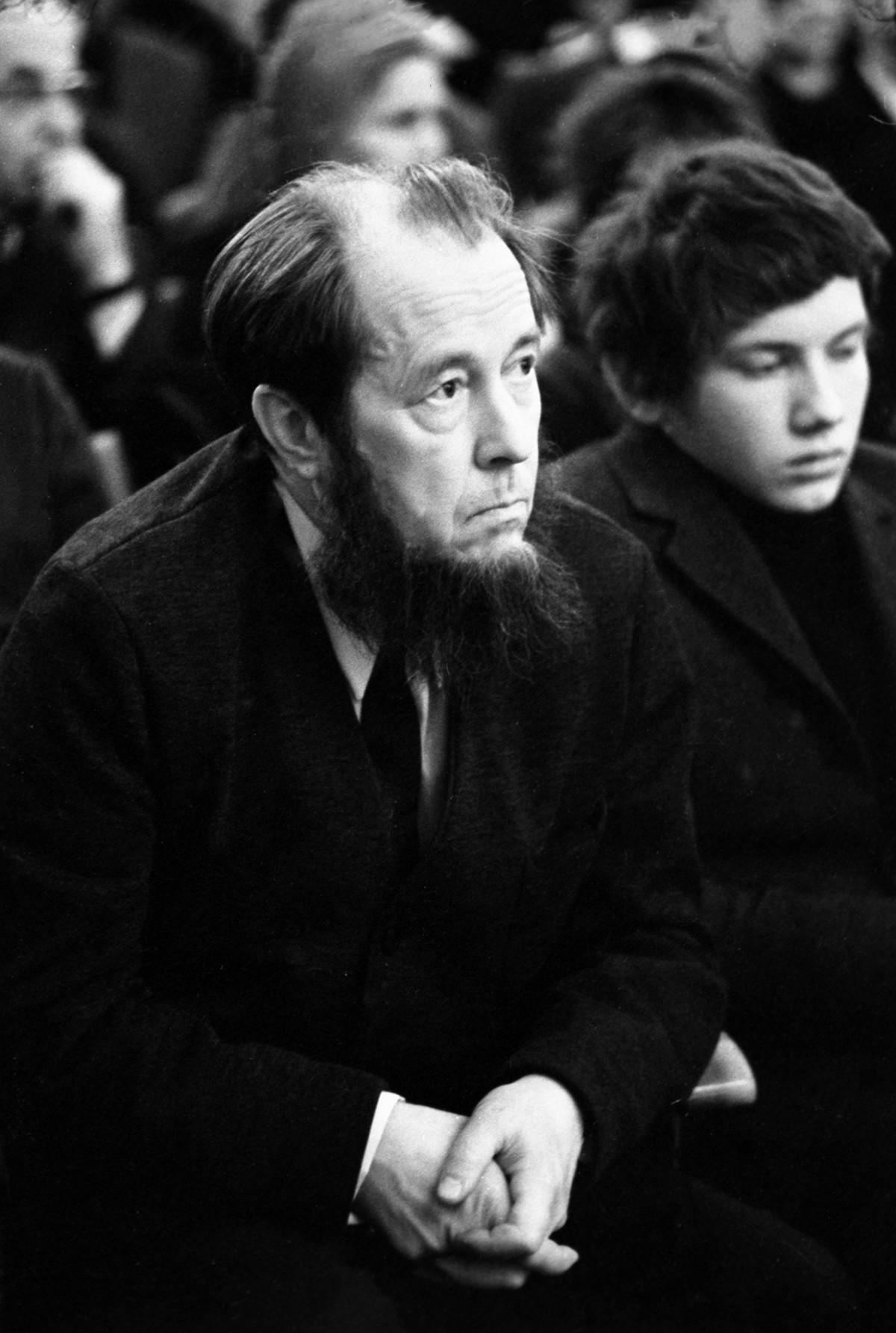 Aleksandr Solzhenitsyn, uno dei più famosi autori russi dissidenti. Il suo libro sui gulag fu il primo a essere permesso dalle autorità sovietiche. Nel 1970, gli fu assegnato il premio Nobel e, nel 1974, fu costretto a lasciare l'Unione Sovietica