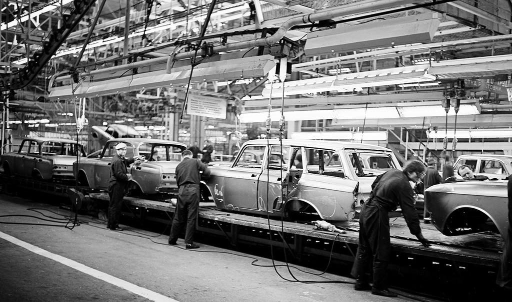 Operai in una fabbrica sovietica di produzione di automobili