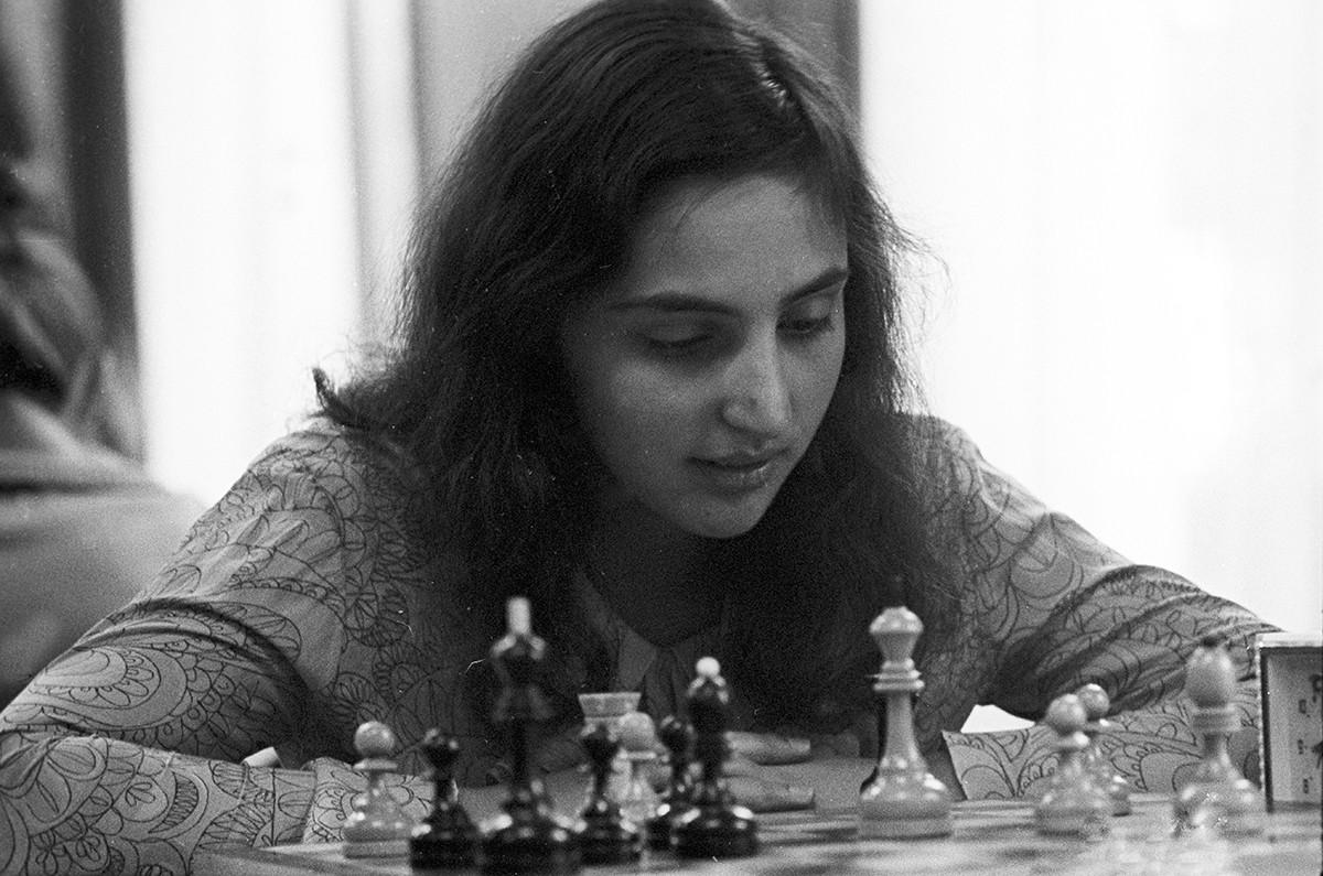 La campionessa di scacchi dell'Unione Sovietica, Irina Levitina, di Leningrado, mentre medita la sua prossima mossa
