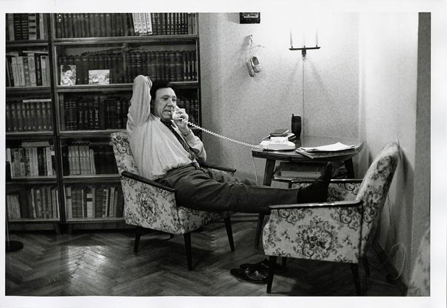 Il famoso attore sovietico Yurij Nikulin parla al telefono nel suo appartamento