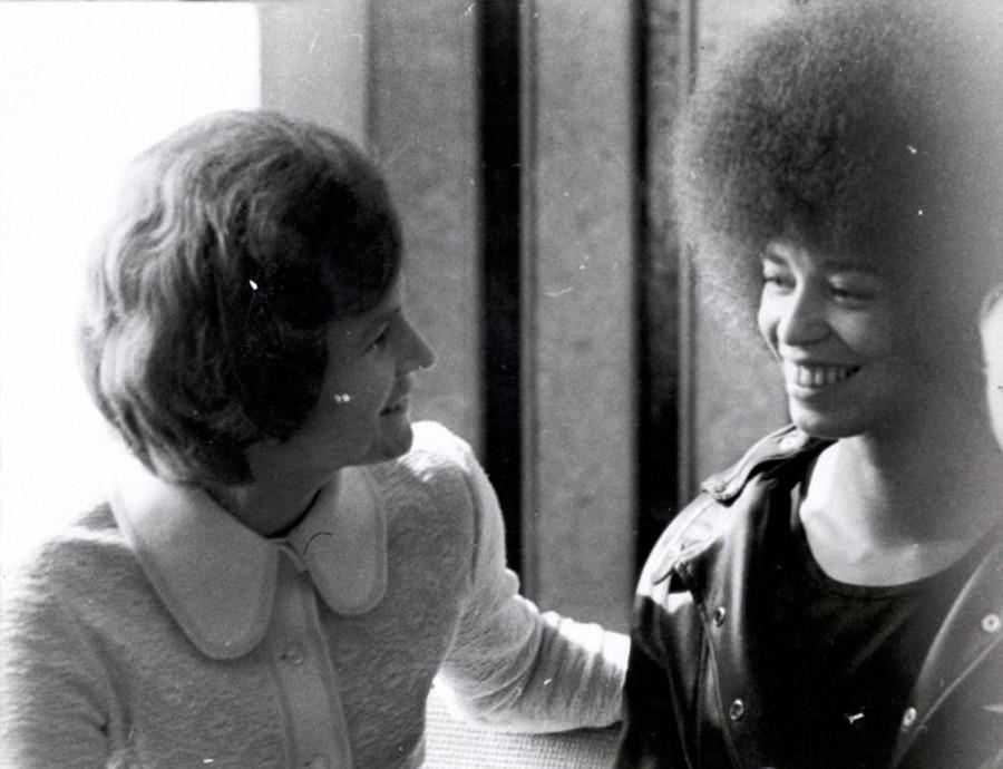 L'attivista statunitense per i diritti umani Angela Davis (a destra) incontra la cosmonauta sovietica Valentina Tereshkova (a sinistra), capo del comitato femminile sovietico