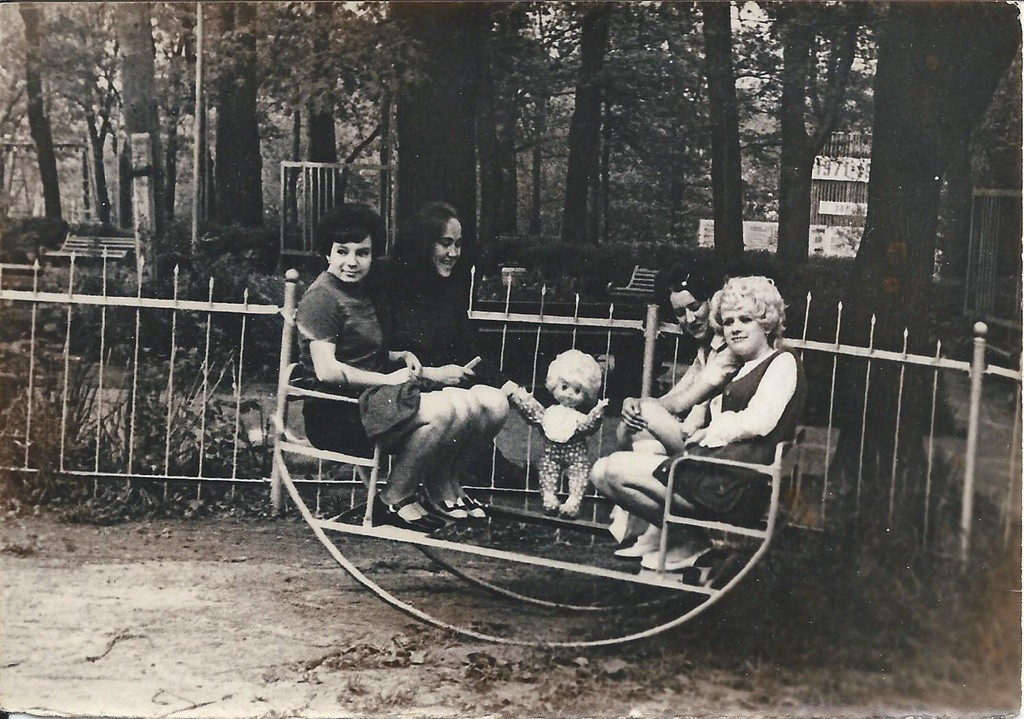 Ragazze in posa su un'altalena