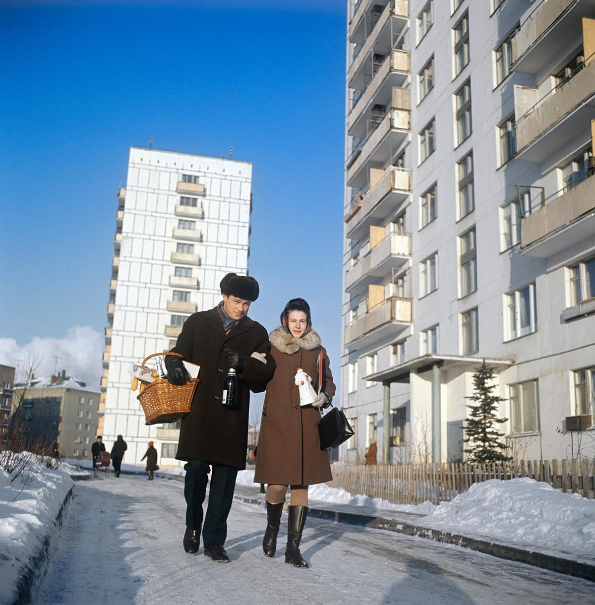 Una coppia passeggia fuori da un condominio a Mosca