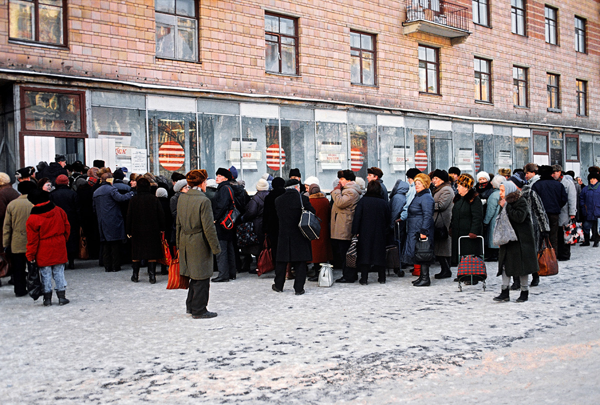 モスクワの食料品店前の行列