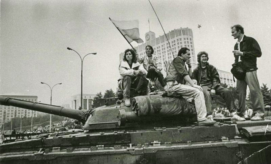 モスクワのホワイトハウスで行われたいわゆる「8月革命」と呼ばれるソ連反体制派によるクーデターの試みに反対する集会
