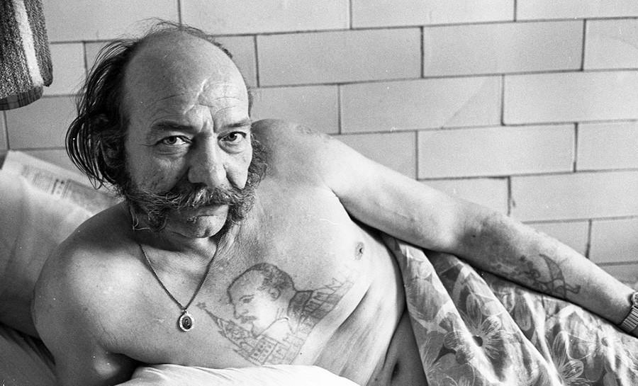 レーニンの肖像の刺青を入れた病院患者
