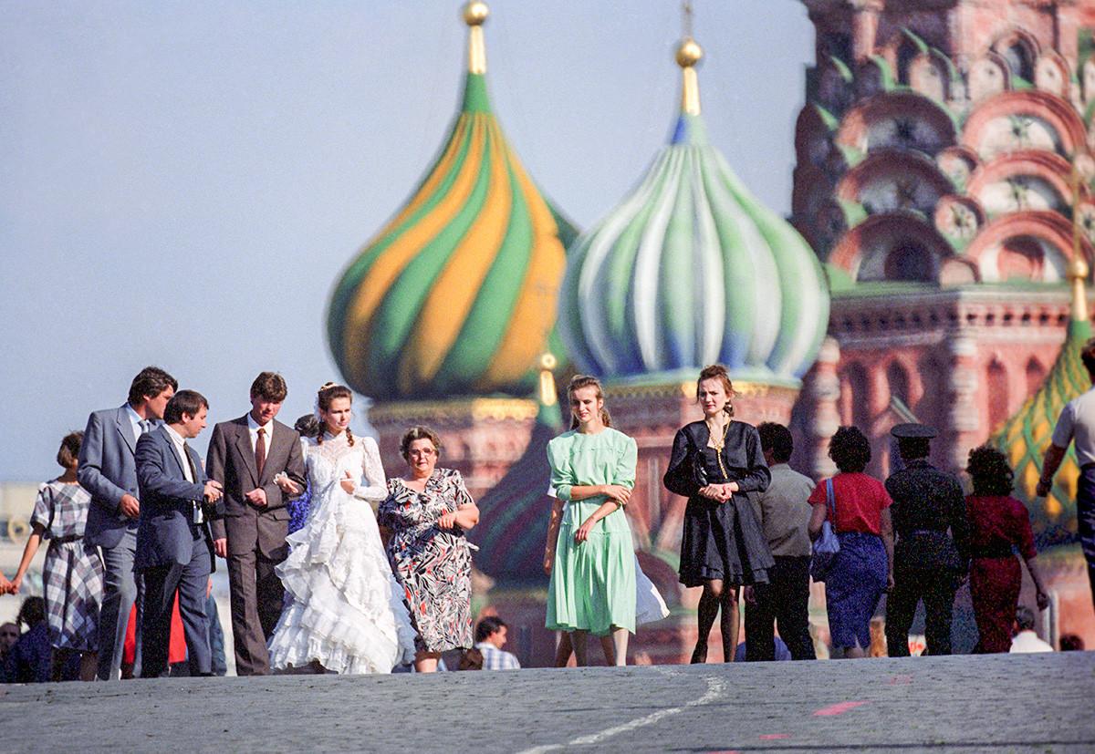 赤の広場での新婚カップル