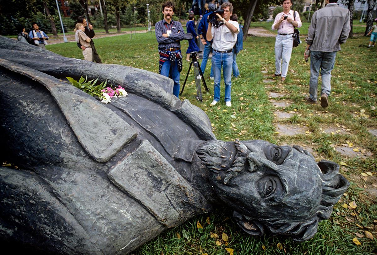 破壊されたKGB創始者フェリックス・ジェルジンスキーの像
