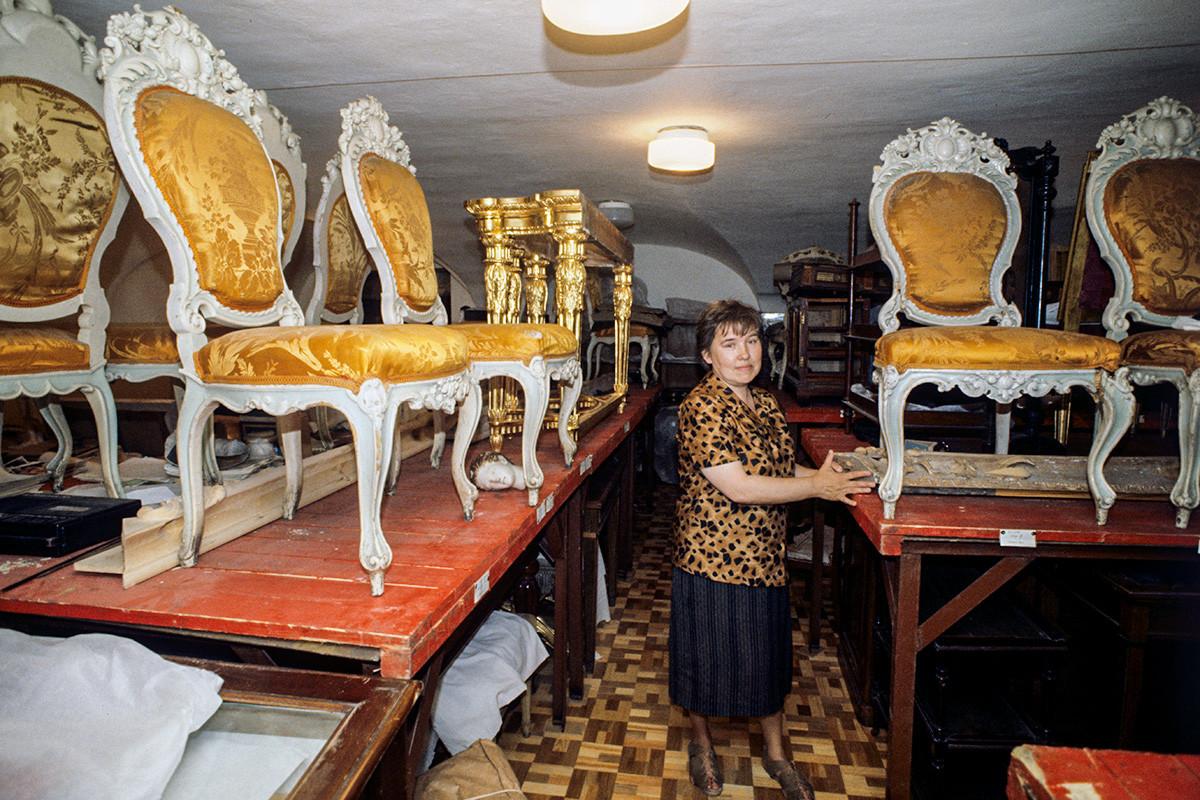 レニングラード近郊ガッチナ宮殿に残された王室家具の修復