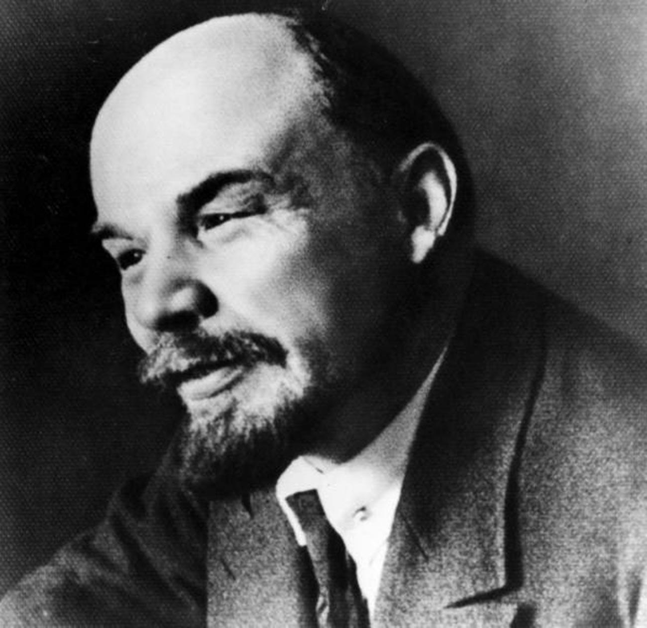 Vladimir Lenin sebagai ketua Dewan Komisar Rakyat yang pertama