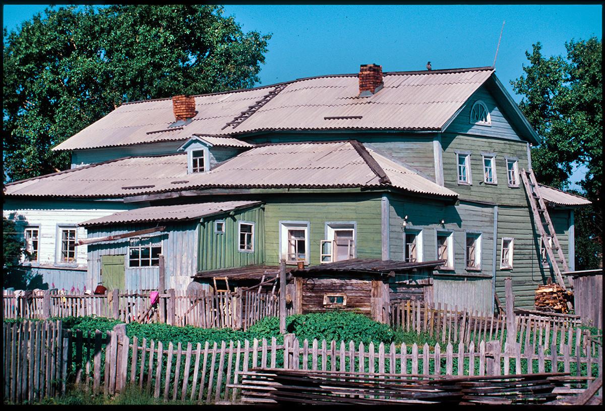 Varzuga, levi breg. Trgovska hiša sredi 19. stoletja. 21. julij 2001