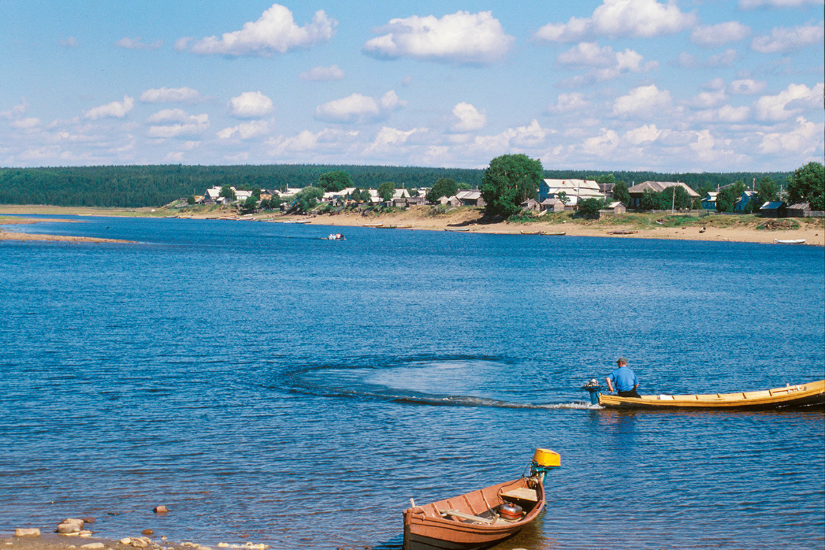 Pogled čez reko Varzuga proti levemu bregu. Leseni čolni služijo kot trajekti. 21. julij 2001