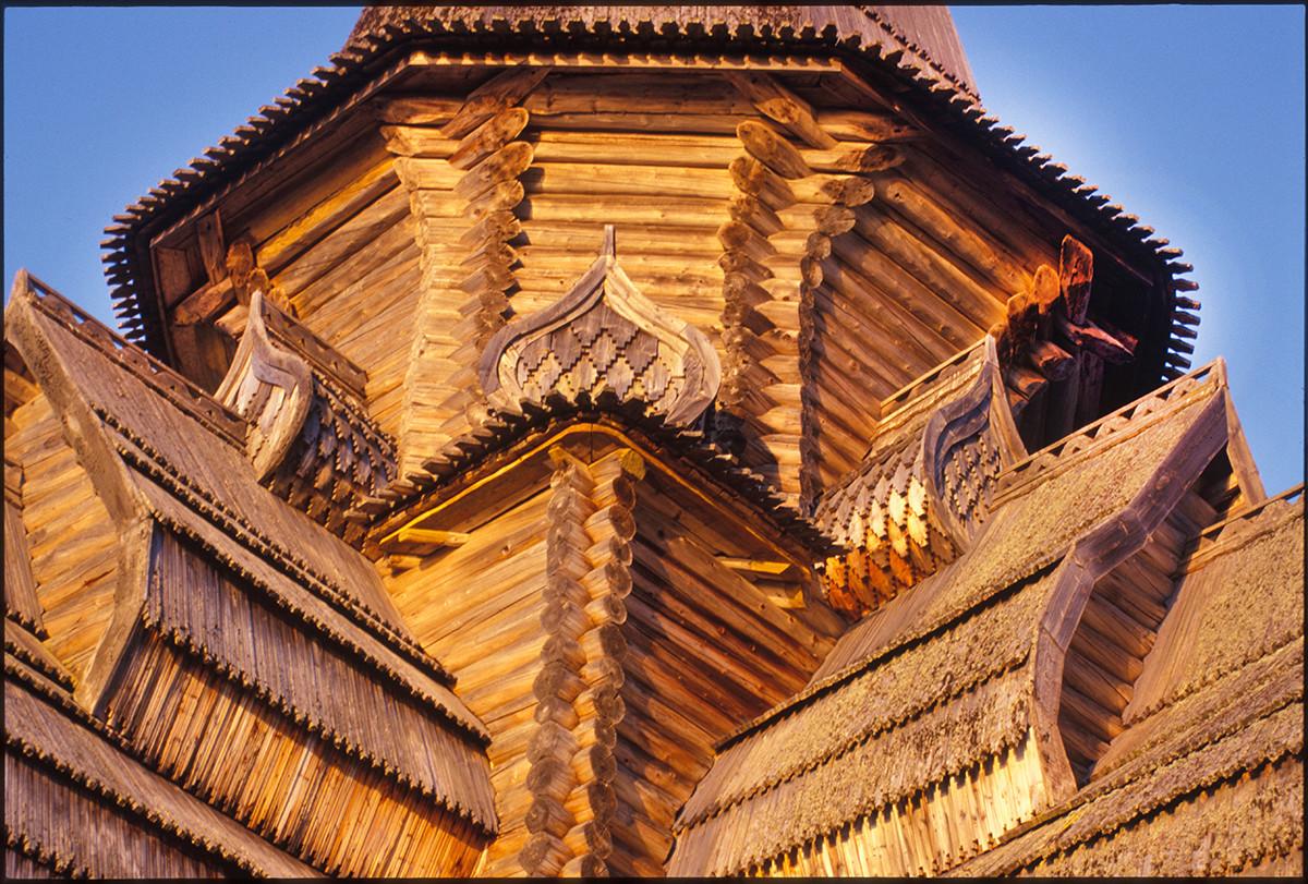 Varzuga. Cerkev Marijinega vnebovzetja, zgornja zgradba, severozahodni vogal. 20. julij 2001