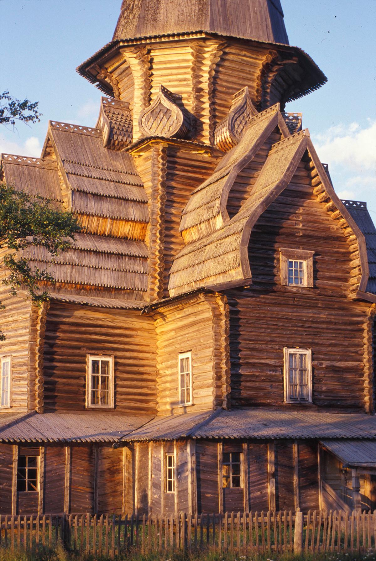 Varzuga. Cerkev Marijinega vnebovzetja, zahodna fasada. 20. julij 2001
