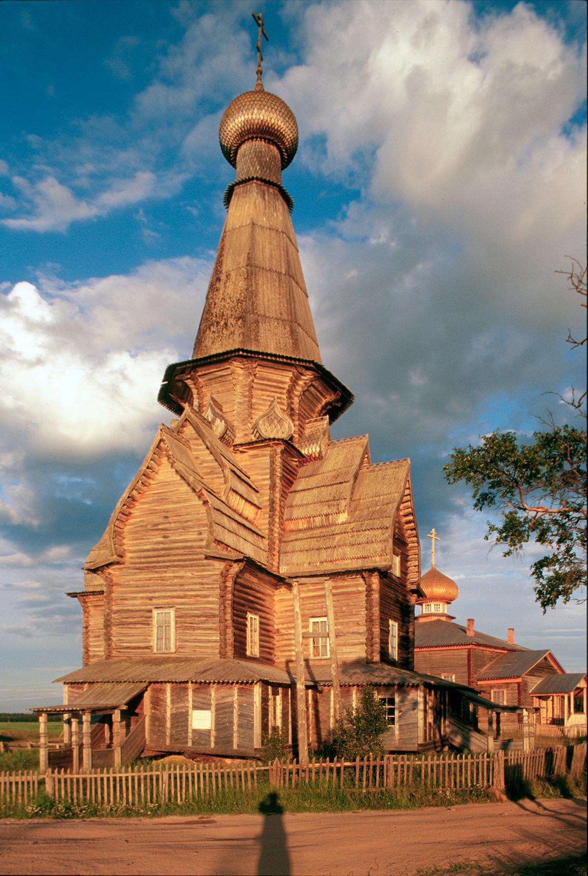 Varzuga. Cerkev Marijinega vnebovzetja, pogled na severozahod. 21. julij 2001