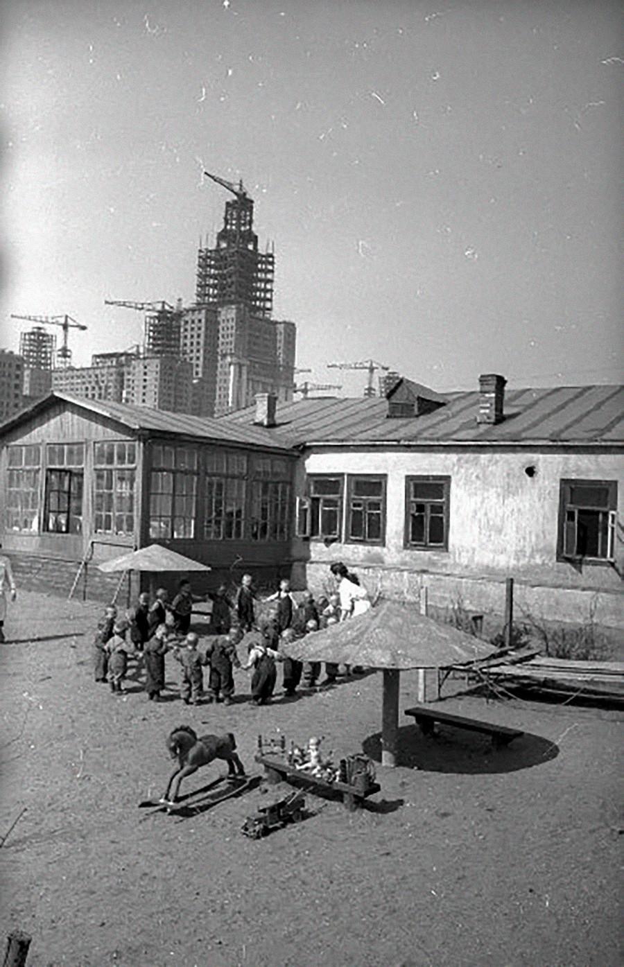 建設中のモスクワ大学を背景にした幼稚園