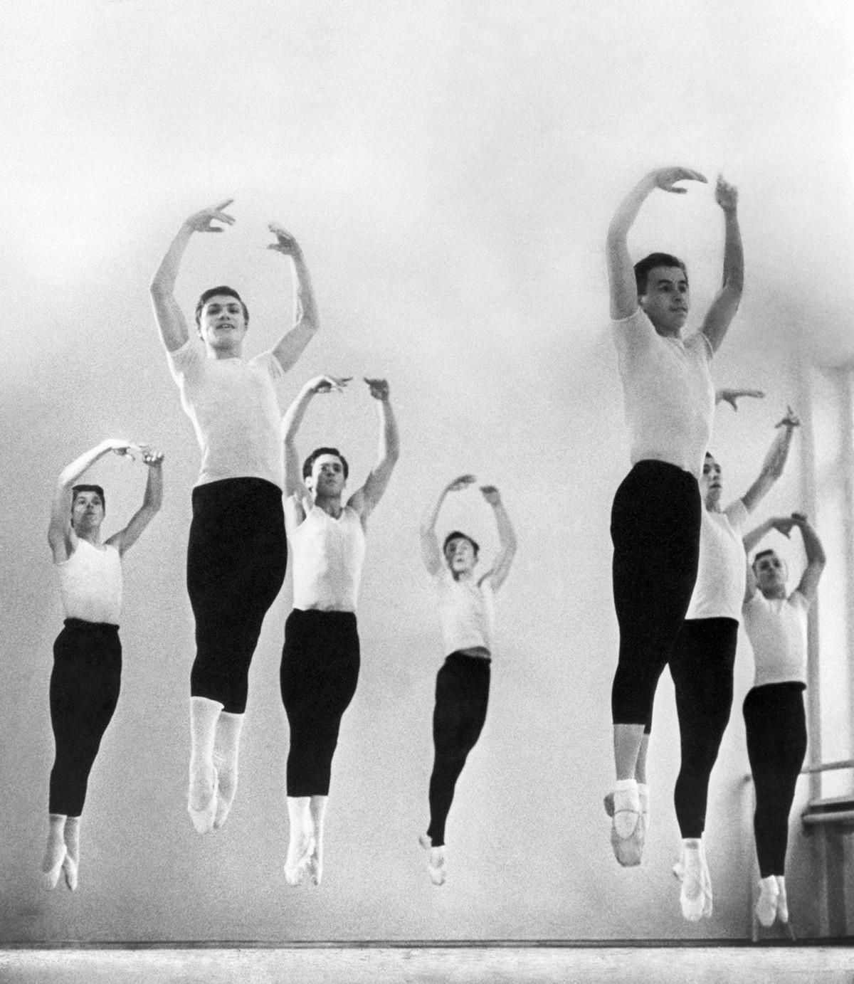 練習するペルミ市バレエ学校の生徒たち