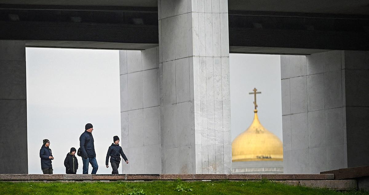 Људи шетају крај Музеја Великог отаџбинског рата на Поклоној гори у Москви, 30. октобар 2020.