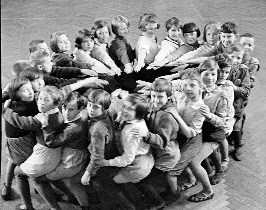 Élèves à la récréation, 1930