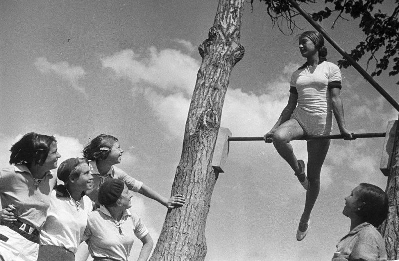 Jeune fille sur barre horizontale, années 1930