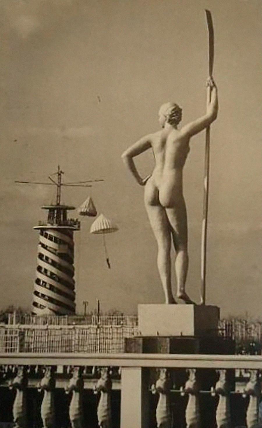«Jeune fille à la rame». Cette sculpture précise était un modèle très répandu dans les parcs et lieux de villégiature d'URSS.