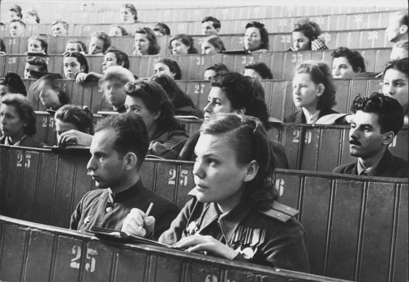 Premier cours après la fin de la Grande Guerre patriotique (1941-1945) à l'Université d'État de Moscou
