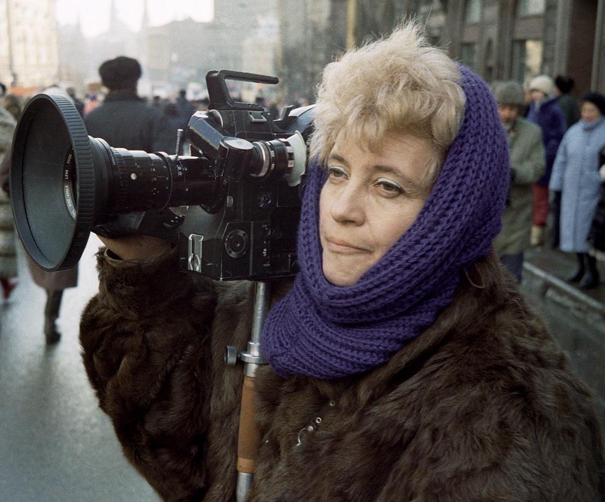 La réalisatrice de télévision et cadreuse Marina Goldovskaïa filmant dans la rue