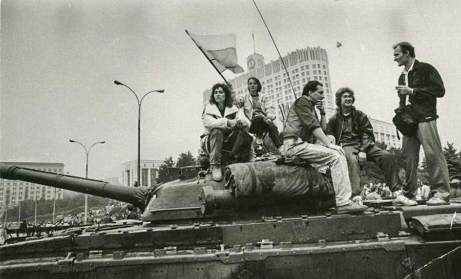 Manifestation à côté de la Maison Blanche contre le putsch de Moscou, dernière tentative de sauvegarder le Pays des Soviets