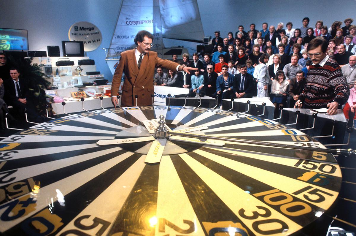 L'émission de télévision culte Polié Tchoudiess (Champ des merveilles). Son premier hôte, Vladislav Listiev, sera tué plus tard, dans les années 1990.