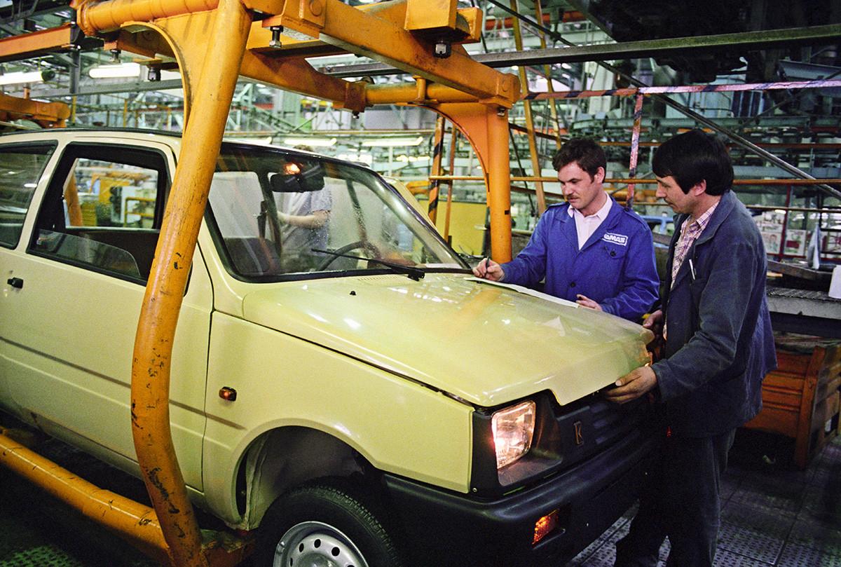 Une voiture soviétique Oka produite par l'usine automobile de la Kama (KAMAZ).