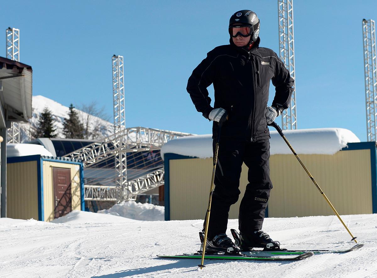 Presiden Rusia Vladimir Putin mengunjungi pusat ski dan biathlon lintas alam Laura di resor Krasnaya Polyana, tak jauh dari Sochi, 3 Januari 2014.