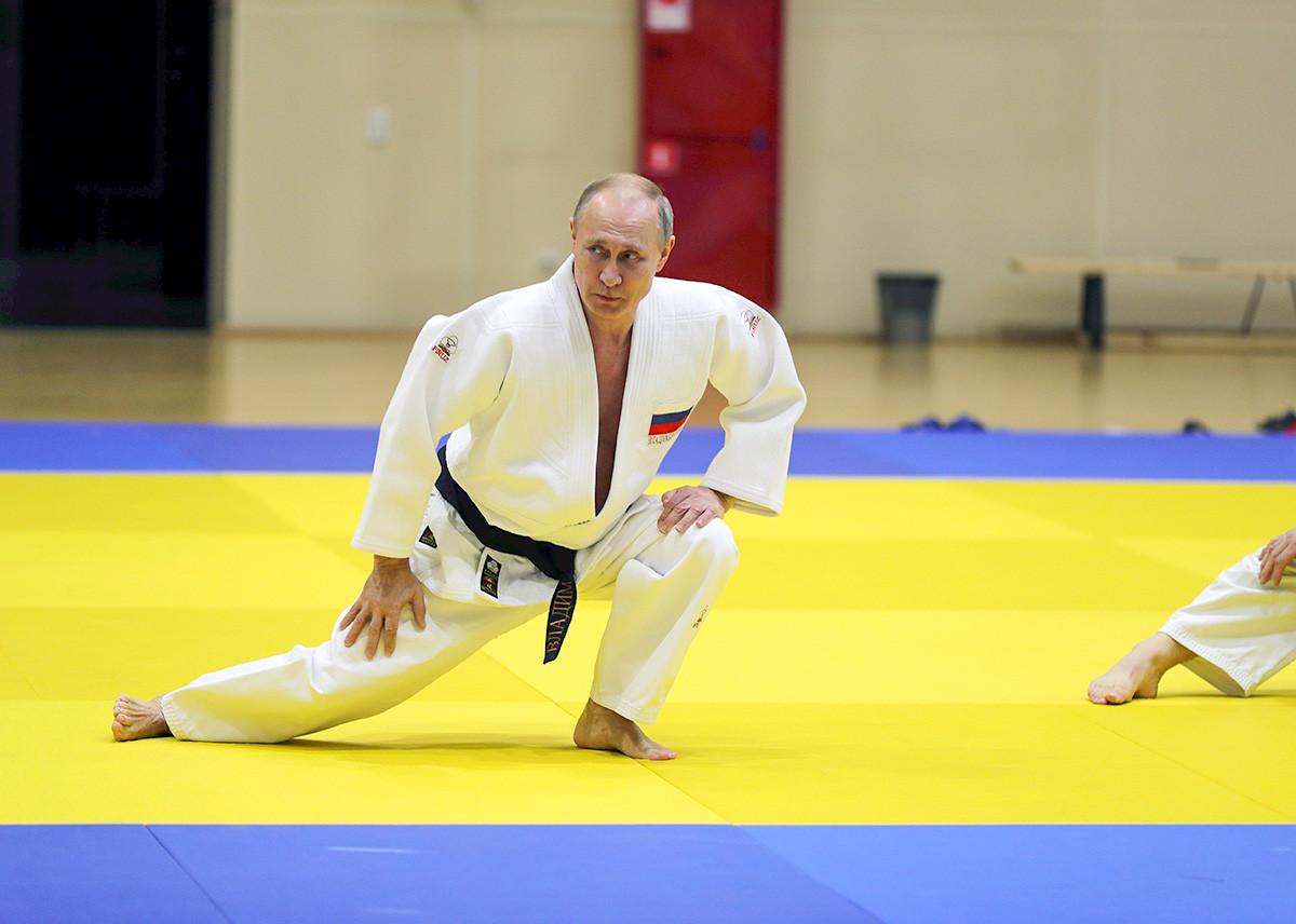 Presiden Rusia Vladimir Putin menghadiri sesi latihan judo di gelanggang olahraga  Yug-Sport di resor Laut Hitam Sochi, Rusia, 14 Februari 2019.