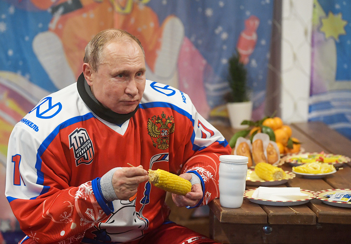 Presiden Rusia Vladimir Putin beristirahat di sela-sela pertandingan persahabatan Liga Hoki Malam di sebuah gelanggang es di Lapangan Merah, 25 Desember 2019.