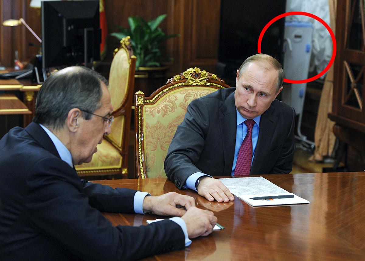 Presiden Rusia Vladimir Putin (kanan) dan Menteri Luar Negeri Rusia Sergey Lavrov selama pertemuan di Kremlin, 16 Maret 2016.