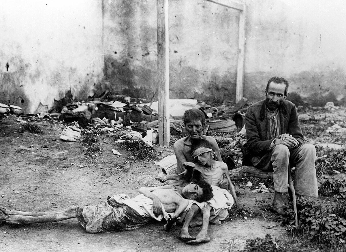 Ein Paar mit ihren hungernden Kindern während einer Hungersnot in Sowjetrussland.