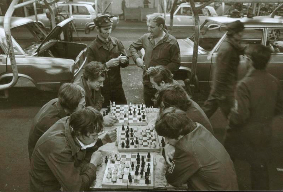 Lavoratori giocano a scacchi durante la pausa pranzo