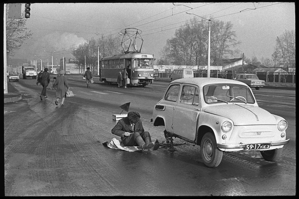 Auto in panne sul ciglio della strada