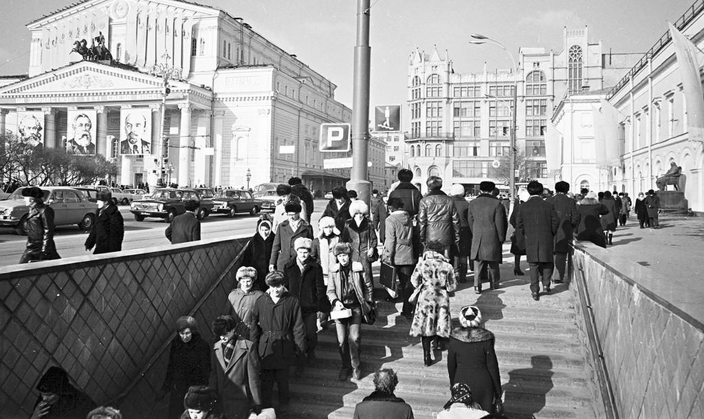 Giornata di sole a Mosca; sullo sfondo, il Teatro Bolshoj
