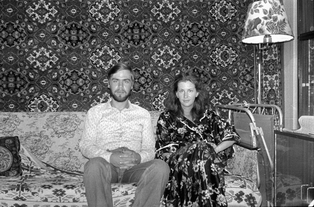 Foto di famiglia con il tradizionale tappeto appeso al muro