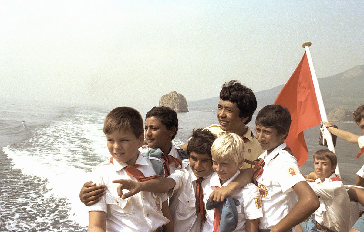 Pionieri in un campo sul Mar Nero