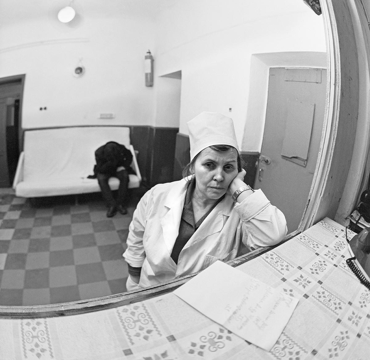 """Молдавска Совјетска Социјалистичка Република. Кишињов,, 31. децембар 1987. Медицинска сестра Јевгенија Фомовна Телипан на радном месту у Кишињовском медицинском """"трезнилишту""""."""