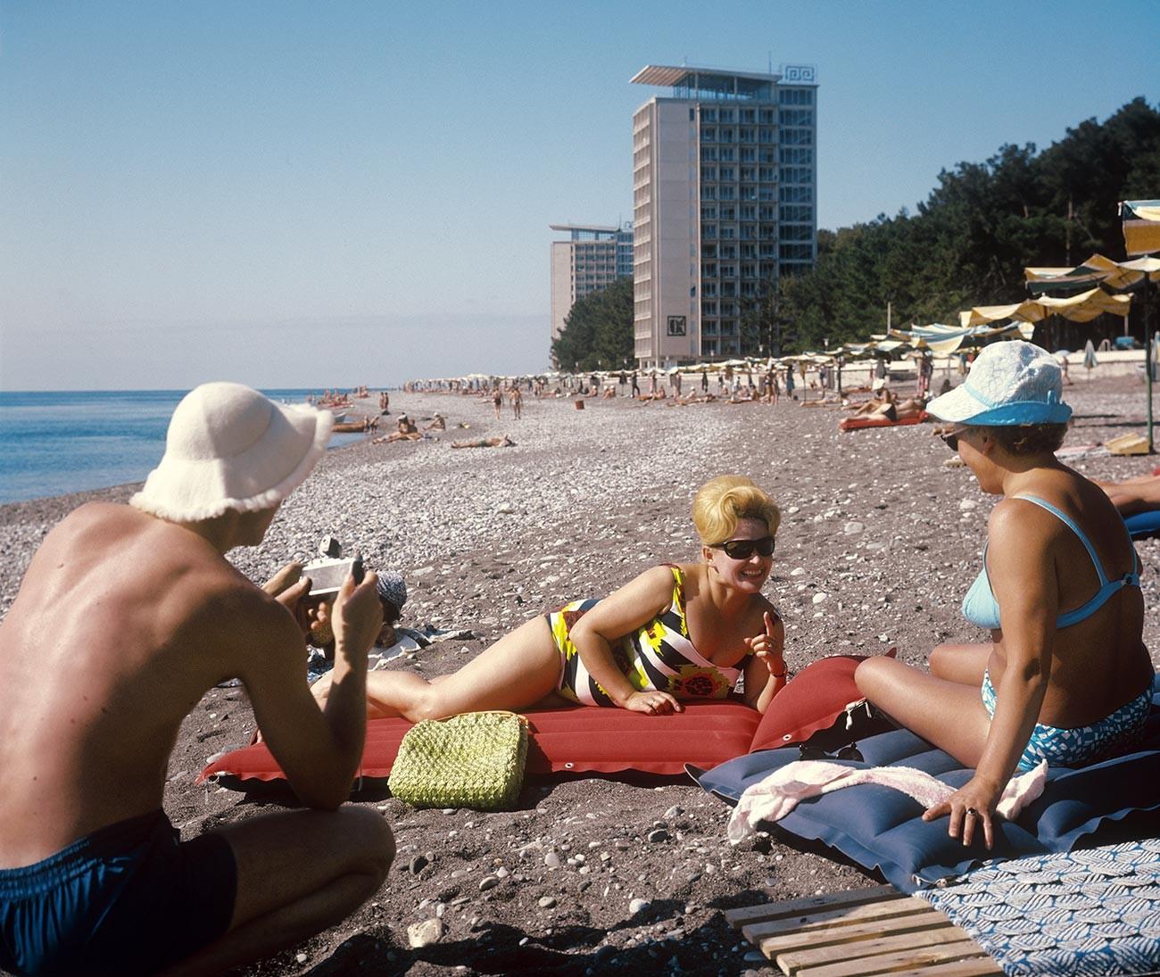 Su una spiaggia dell'Abkhazia, Repubblica Socialista Sovietica Georgiana