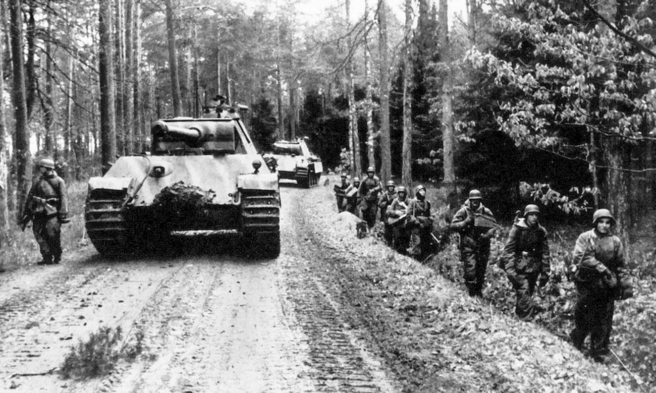 Tanki Panzer V Panther in grenadirji divizije Hermann Göring med pohodom, pomlad 1945
