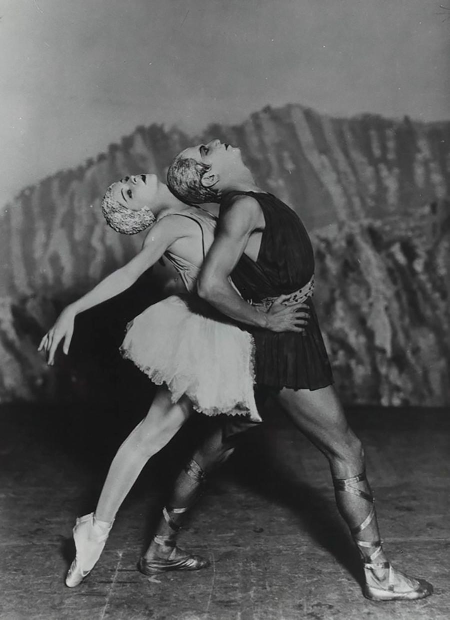 Alexandra Danilova et Serge Lifar dans Apollon musagète