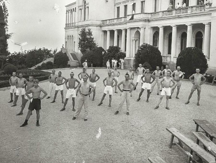 Körperliche Übungen im Sanatorium Liwadia im ehemaligen Königspalast, 1925.