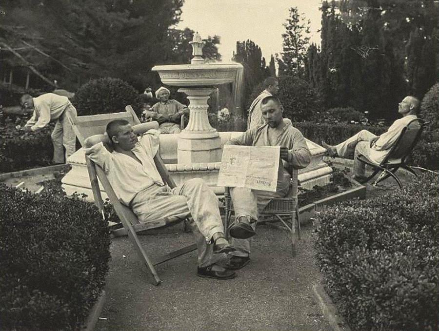 Arbeiter, die sich im ehemaligen königlichen Garten ausruhen, 1925.