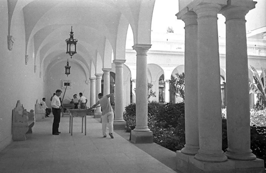 Billard im Hof des Liwadia Sanatoriums, 1930er Jahre.