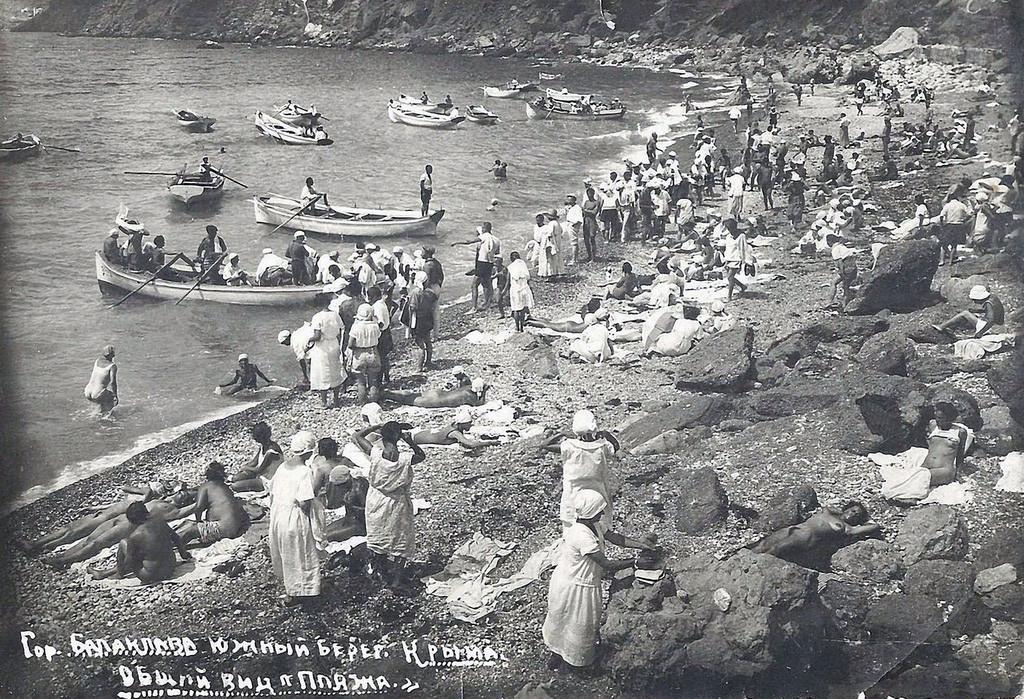 Ein belebter Strand in der Balaklawa Bucht, 1932.