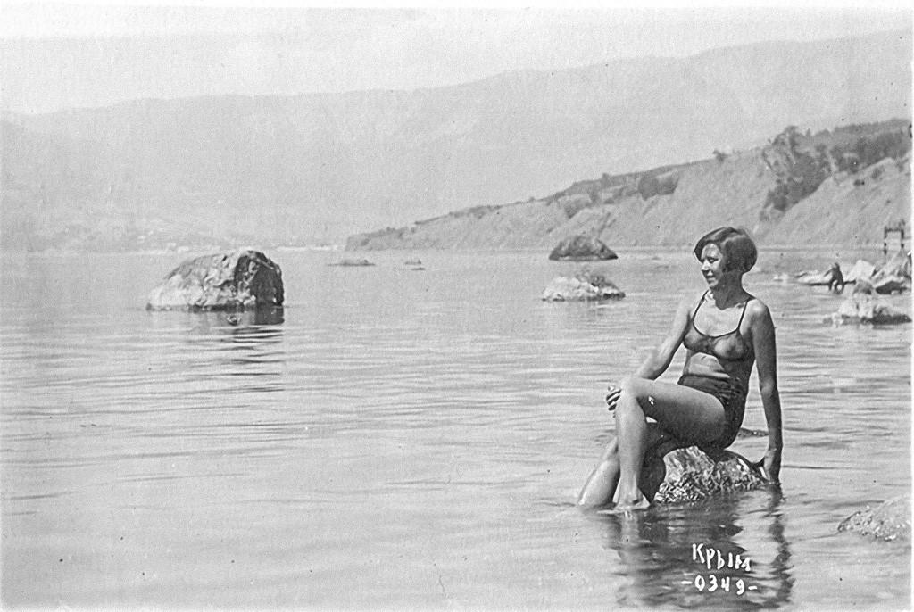 Ein junges Mädchen posiert im Schwarzen Meer, 1934.
